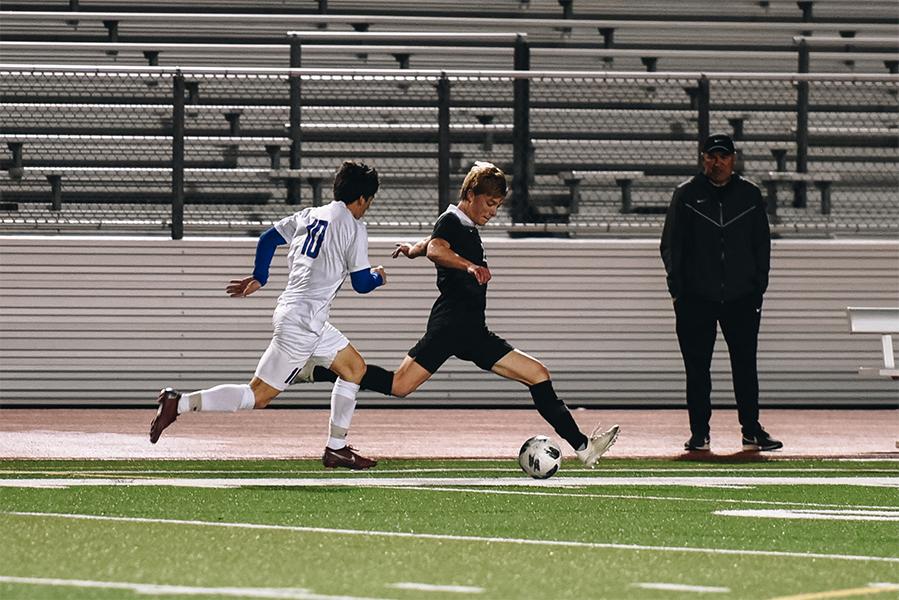 Sophomore+Sammy+Sutorus+takes+the+ball+in+stride.
