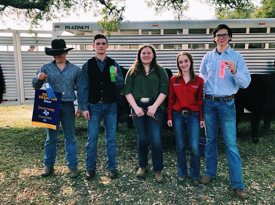 Students+%28left+to+right%29+Zach+Sagebiel+%2C+Bryce+Howsey%2C+Madeleine+Rawlings%2C+Camille+Barkhuizen%2C+and+Zach+Roush+pose+for+picture+after+placing+in+the+cattle+show.