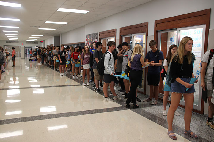 Students+had+to+wait+in+this+line+to+get+their+schedules+changed.